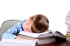 Junge, der auf Bücher schläft Stockfotos