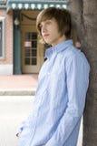 Junge, der auf Baum sich lehnt Lizenzfreies Stockbild