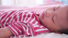 Junge, der auf Bett schläft stock video footage