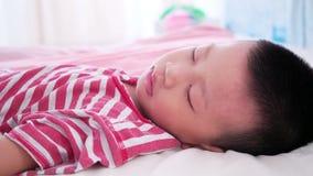 Junge, der auf Bett schläft stock footage