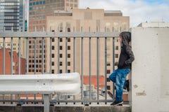 Junge, der auf das Dach steht Stockfotos