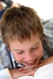 Junge, der auf dem Fußboden erlernt Lizenzfreies Stockbild