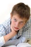 Junge, der auf dem Fußboden erlernt Stockbilder