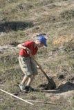 Junge, der auf dem Gebiet gräbt Lizenzfreies Stockfoto