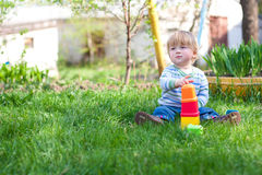 Junge, der auf dem Gras spielt Stockfoto