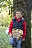Junge, der auf dem Spielplatz spielt Stockfotografie