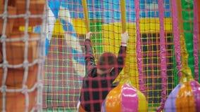 Junge, der auf dem Spielplatz spielt stock footage