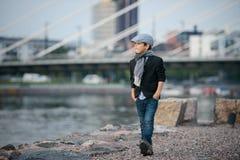 Junge, der auf den Damm geht Lizenzfreies Stockfoto