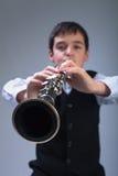 Junge, der auf der Klarinette spielt Lizenzfreies Stockfoto