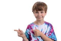 Junge, der auf die Seite zeigt Stockfotos