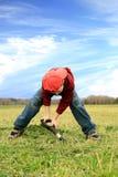 Junge, der auf die Wiese gräbt. Stockfoto