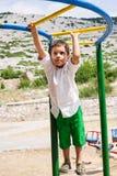 Junge, der auf Dschungelturnhalle spielt Lizenzfreies Stockfoto