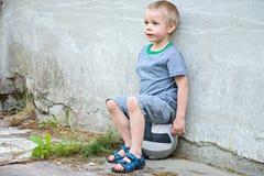 Junge, der auf einem Ball sitzt Lizenzfreies Stockfoto