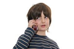 Junge, der auf einem Handy spricht stockbilder