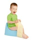 Junge, der auf einem Töpfchen sitzt Stockbild