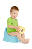Junge, der auf einem Töpfchen sitzt Stockfotos