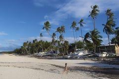 Junge, der auf einem weißen Sand-Strand Panglao, Philippinen läuft Lizenzfreies Stockbild