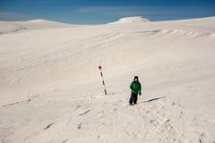 Junge, der auf einen markierten Weg auf dem Berg geht Lizenzfreies Stockfoto