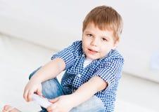 Junge, der auf einer Spielkonsole spielt Stockfotos