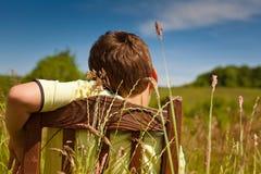 Junge, der auf einer Wiese sich entspannt Lizenzfreie Stockfotografie
