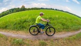 Junge, der auf Fahrrad läuft Lizenzfreies Stockbild