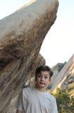 Junge, der auf Felsen sich lehnt Lizenzfreies Stockbild