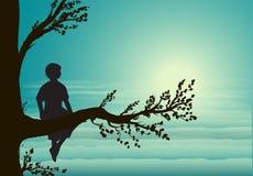 Junge, der auf großem Baumast, Schattenbild, geheimer Ort, Kindheitsgedächtnis sitzt, Traum, lizenzfreie stockfotografie