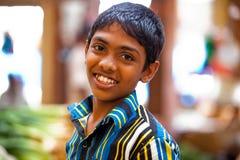 Junge, der auf lokalem Markt in Sri Lanka - 2. April 2014 aufwirft Lizenzfreies Stockfoto
