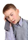 Junge, der auf Mobiltelefon spricht Stockfotos