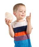 Junge, der auf Muschel hört Lokalisiert auf Weiß Stockbilder