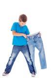 Versuchen auf neuen Jeans lizenzfreie stockfotos