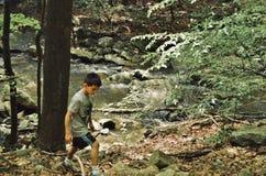 Junge, der auf Park-Spur im Park genießt Natur-große Reise im Freien wandert stockbild