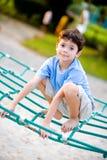 Junge, der auf Seilaktivität balanciert lizenzfreies stockfoto