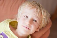 Junge, der auf Sofa stillsteht Lizenzfreie Stockfotos