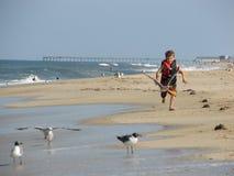Junge, der auf Strand läuft Lizenzfreie Stockfotografie
