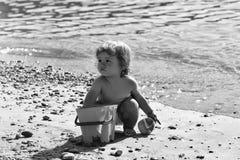 Junge, der auf Strand spielt Lizenzfreie Stockfotografie