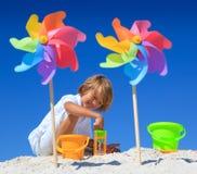 Junge, der auf Strand spielt   Stockfotografie
