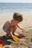 Junge, der auf Strand spielt Stockbilder