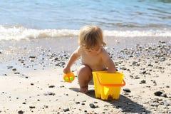 Junge, der auf Strand spielt Lizenzfreies Stockbild
