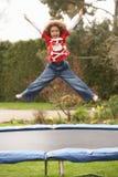 Junge, der auf Trampoline spielt Stockbilder
