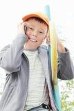 Junge, der auf Treppenhaus mit Mobiltelefon sitzt Stockbild