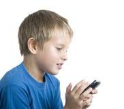 Junge, der auf Zelle spielt stockfoto