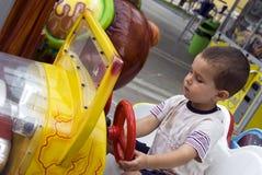 Junge, der Autospielzeug antreibt Lizenzfreie Stockbilder