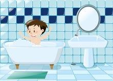 Junge, der Bad im Badezimmer nimmt Stockfoto