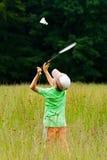 Junge, der Badminton spielt Lizenzfreie Stockfotos