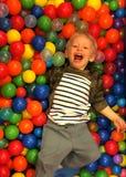 Junge in der Ballgrube stockbild