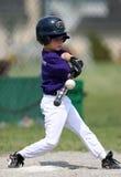Junge, der Baseball schlägt Stockfotos