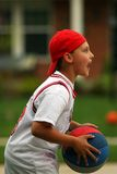 Junge, der Basketball spielt Stockfotografie
