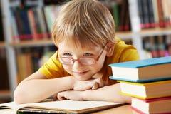 Junge in der Bibliothek Stockfotografie