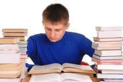 Junge in der Bibliothek Lizenzfreie Stockfotografie